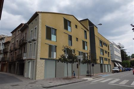 DWELLINGS BUILDING WITH BUSINESS PREMISES IN PRATS DE LLUSANÉS